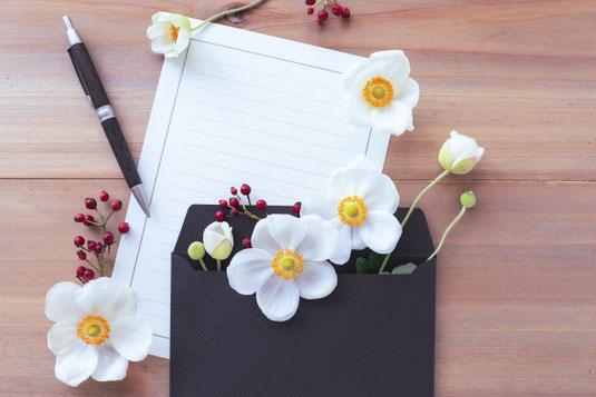 便箋と封筒。万年筆。秋の花々。