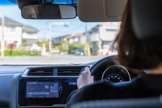 打合せ中のデスクの模様。コーヒー、ノート、ファイル、クリップ、ふせん、ビジネス資料。