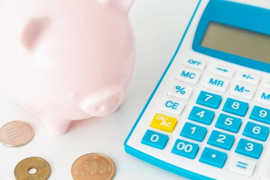 オフィスの棚にある置時計。木製のクロック。