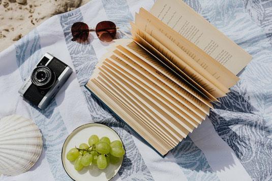 バカンスの麦わら帽子。カゴバック。サングラス。貝殻。マリンブルーのマニキュア。南の島へバカンス。