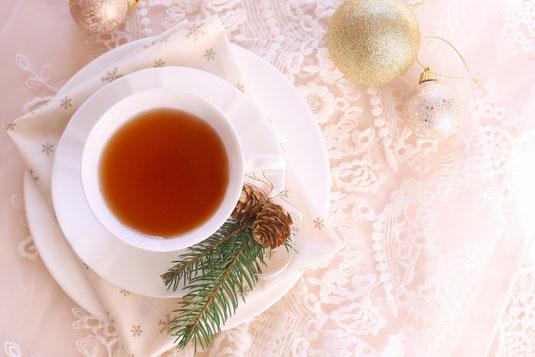 パソコンのキーボードとノート、白のボールペン。赤のバラとカスミソウ。