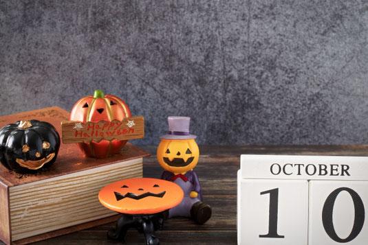 休日のティータイム。トレイに載ったいちごが入ったフルーツティー。カスミソウのブーケ。