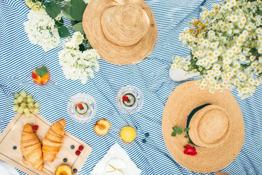 6月の卓上カレンダー。読書する雨降りかえるのオーナメント。
