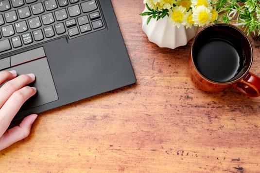 白の電卓と銀の万年筆。