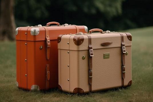 トートバックを片手にかけ、ドアにもたれかかるパンツスタイルのビジネスウーマン。