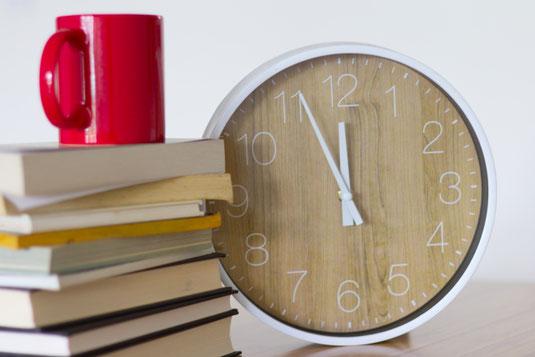 ハードカバーの本を読む女性。気付きを得る。