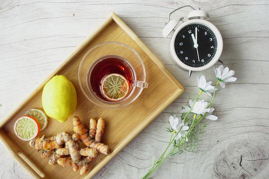 もこもこのフリースを施した茶色の手袋、白とベージュのチェック柄のマフラー、白い毛糸の帽子を防寒用に用意して机に並べている