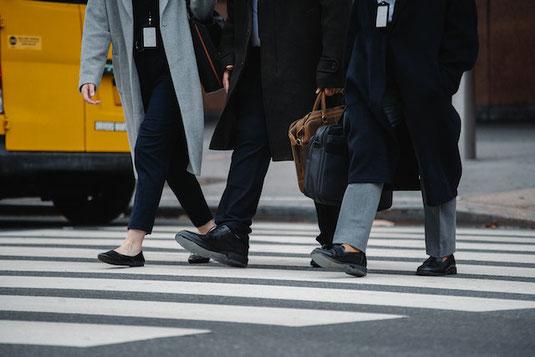 青空のもと土手に停められた自転車。通勤途中。
