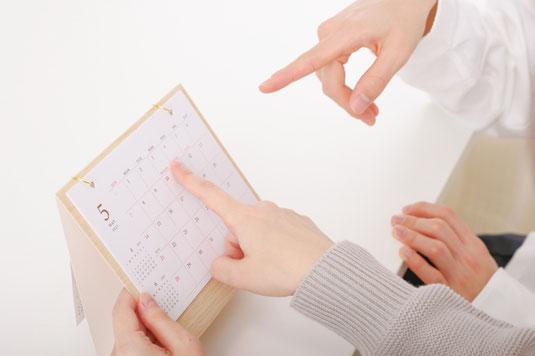 2月のカレンダー。ドライフラワー。レースのナプキンのうえにのったアソートチョコレート。