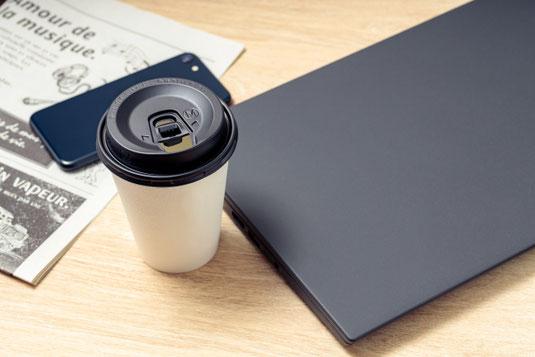 レトロなホワイトベージュの置時計。観葉植物の鉢植え。観葉植物のグリーンのつた。