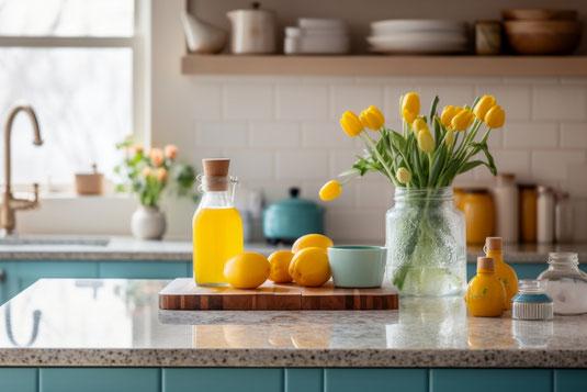 2人がけの木製のベンチにハート形のギンガムチェック柄クッションが2つ置かれている。