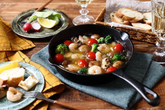 赤と白のワインが注がれた2つのグラス。サラミ、チーズのおつまみ。