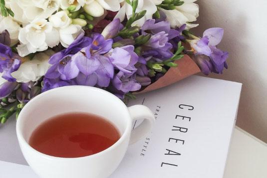 太陽の光いっぱいのガーデン。クロスがかけられたテーブル。分厚い書籍とそのうえに置かれた眼鏡。