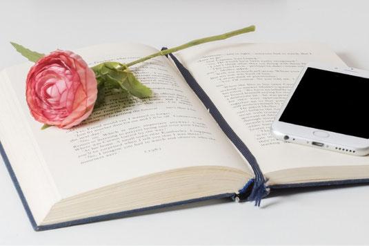 ガラスの小瓶にいっぱい活けられた黄色のガーベラ。白のカップ&ソーサに淹れたてのコーヒー。