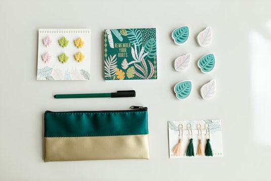マグカップに入れられたフェルトのマスコット。笑顔、困った顔、怒った顔、膨れた顔、だんまり顔。