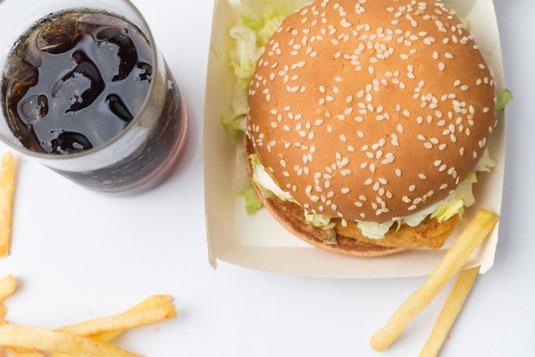 お昼休み。ナポリタンスパゲッティとコーンスープ。