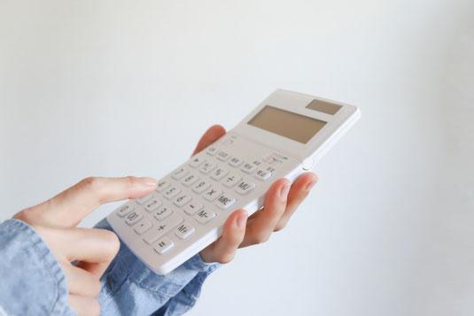 パソコンのキーボード。マウス。電卓。イヤホン。スマホ。チューリップ。モンステラの葉。