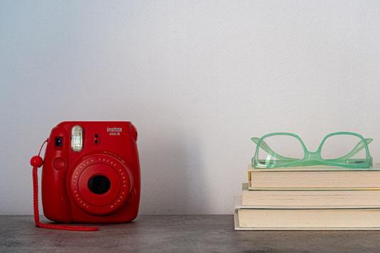道路に置かれた黒革のスーツケース。