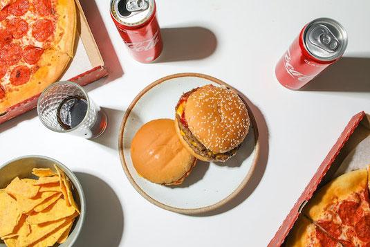 白のお皿に盛りつけられたプレーンなクッキー。ホットコーヒー。