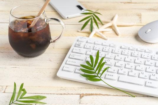 デスクに広げられたメモ帳、ゼムクリップ、カラフルな付箋。