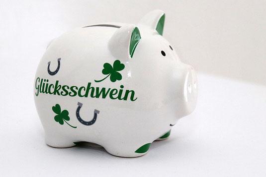 デスクに広げられた就業規則とコーヒーの入ったマグカップ。