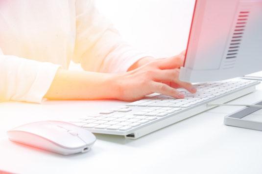 パルプ製のパックに詰められた卵たち。卵のうえに飾られた春の花。
