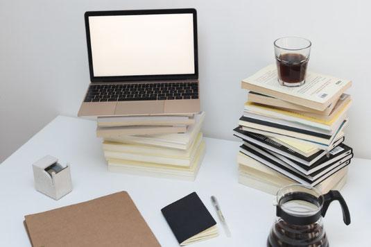 ページが開かれたシステム手帳。ずらりと並んだカラーペン。桜の枝。