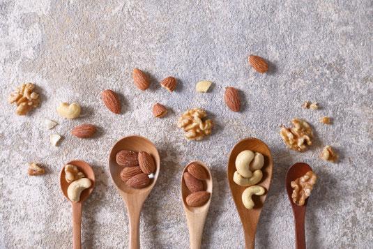 クロスのかかったテーブルに置かれた置時計。コーヒーの入った白のカップ。ユーカリの葉。