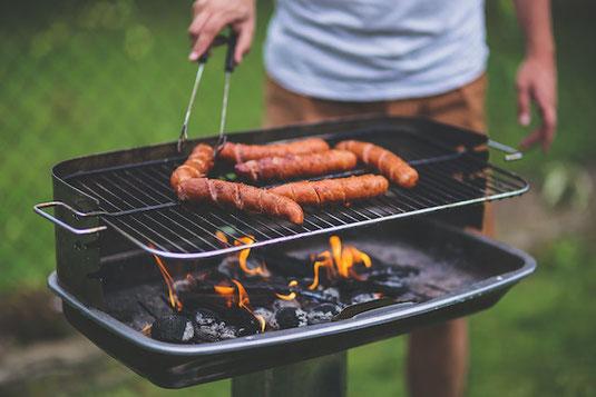 金、銀、銅のメダル。観葉植物のグリーン。