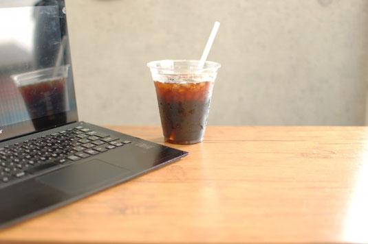 コーヒーの入った白のマグカップ。多肉植物の鉢植え。