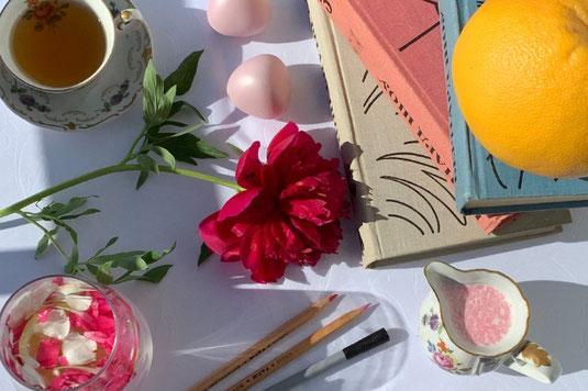 半分に割れた果物。ライムとマンゴー。ノートと鉛筆。カラフルな付箋。