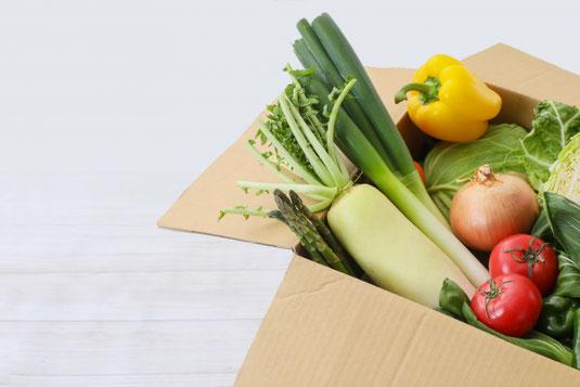 細い道路でずらっと一列になって走行するカラフルなハスラーの車。交通渋滞。