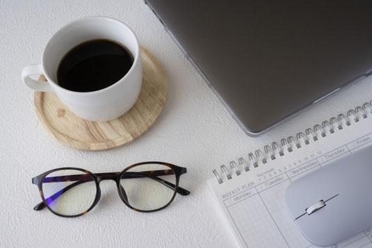 朝食と新聞。クロワッサンののったお皿とマグカップ。
