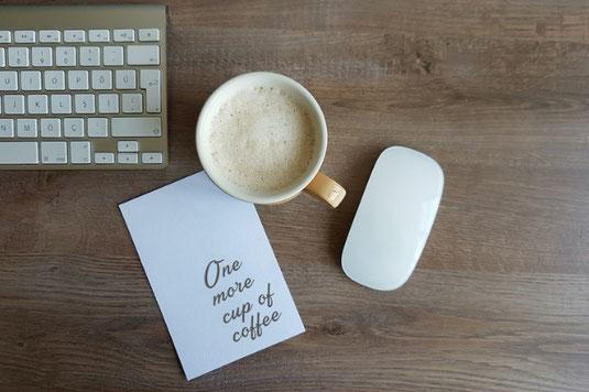 朝食プレート。目玉焼き、レタス、ミニトマト。厚切りの食パン。コーヒーのマグ。