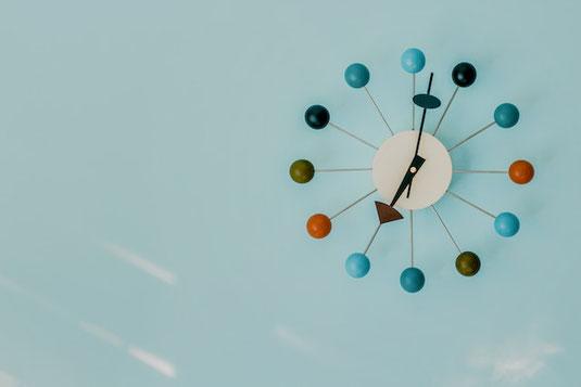 2つのゴルフボールと赤、青、黄の3色のピン