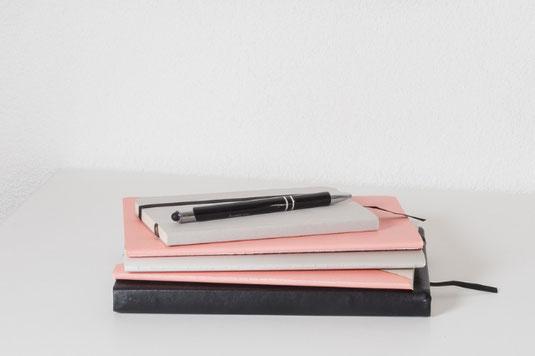 10時過ぎを示す腕時計。デスクに置かれたイヤリングとリング。マグカップと桔梗の花。