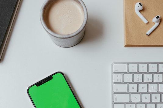 ピンクの置時計。傍らに観葉植物のグリーン。