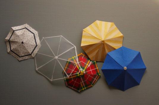 カラフルな傘のペーパークラフト。