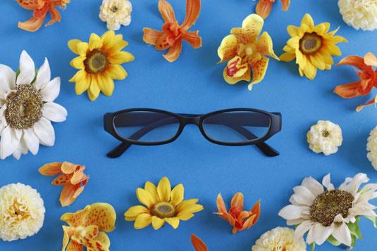 ピンクの文房具とビジネスグッズ。リングノート、はさみ、マスキングテープ、羽根つきペン、クリップ、手帳、腕時計。