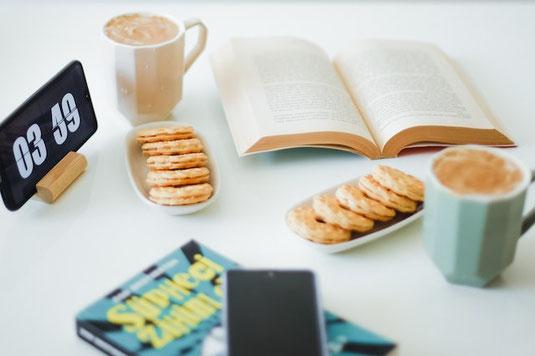 チームミーティングでメンバーの仕事の進捗状況を確認する男性リーダー。