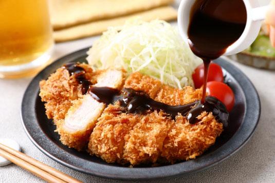 お皿に盛りつけられたクッキーとフォークとメジャー。