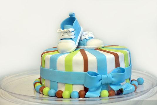 ノートパソコンとホワイトカラーの文房具。はさみ、電卓、カッターナイフ、消しゴム、修正テープ、ホッチキス。コーヒーの入ったマグカップ。