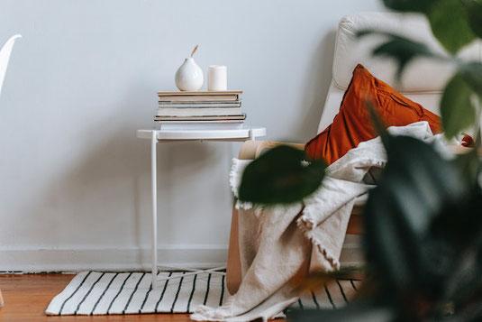 パソコンのキーボード、マウス、ピンクのメッセージカード。無造作に置かれたピンクのバラたち。