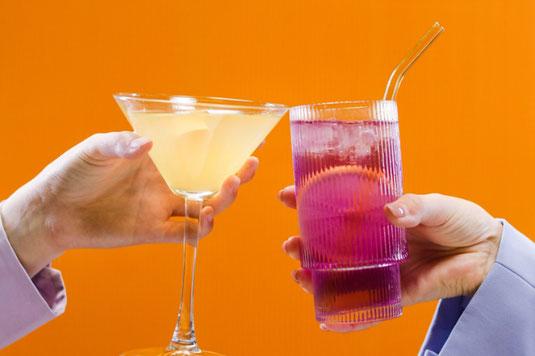 2つのおちょこに並々と注がれた日本酒。徳利。桜の木。