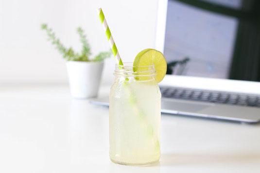 広げたノートに、水色、青色、黒色のサインペンが行儀よく並んでいる。