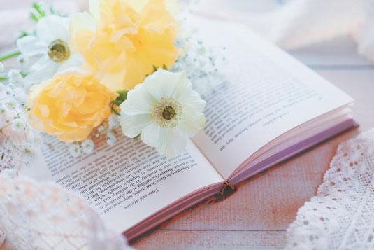 デスクの上に置かれたノートパソコン。ふせん、to-doリスト、チェックリストがびっしり貼られたメモ帳。スマートフォン。ボールペン。コーヒーの入ったマグカップ。
