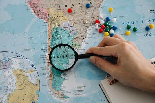 飛行機、旅行鞄、お土産の紙袋のペーパークラフト。