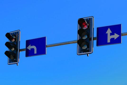木製のくるまのおもちゃ。マーガレットを乗せて。