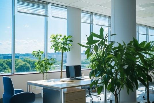 12時前を指す白の目覚まし時計。