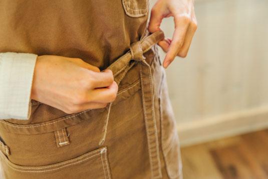 カントリー調のカフェショップ。メニューの書かれた黒板。カフェでのパートタイムジョブ。